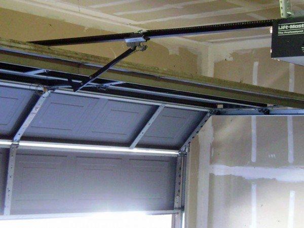 Секционные ворота в гараже – вид изнутри