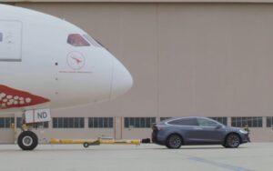 Tesla Model X буксирует Boeing 787-9 Dreamliner. Фото кадр с YouTube