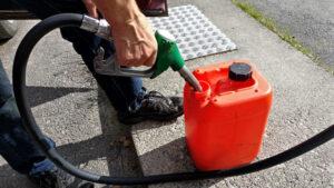 Недолив бензина. Фото Santeri Viinamäki