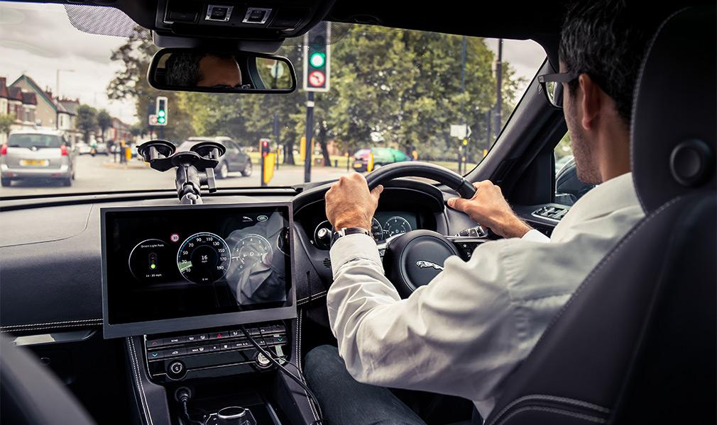 Ягуар Ленд Ровер научила авто ездить только назеленый свет