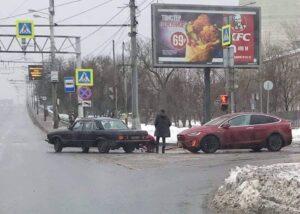 """Старая """"Волга"""" взяла на буксир """"Теслу"""""""