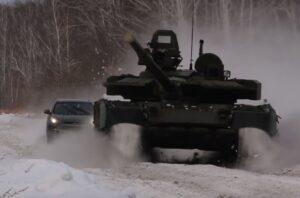 Погоню кроссовера с танком сняли на видео