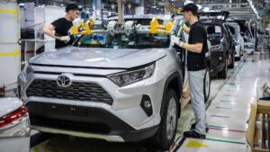 Установка лобового стекла Toyota RAV4. Фото Toyota