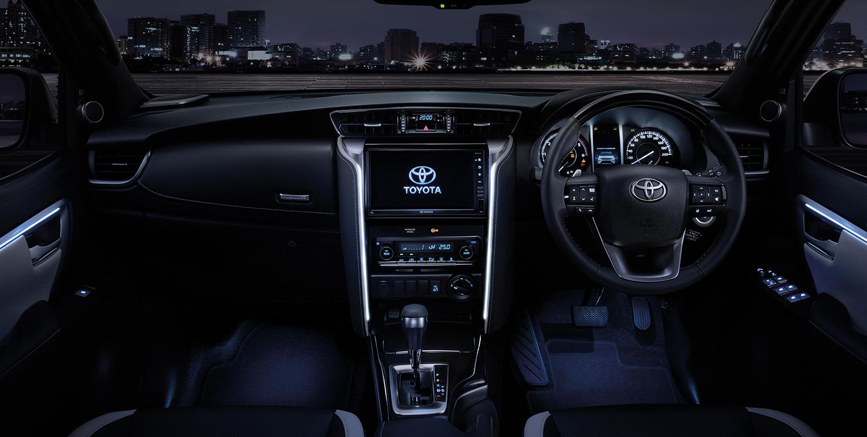 Интерьер Toyota Fortuner. Фото Toyota